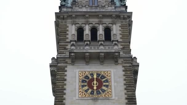 Hamburger Rathausuhr an einem bewölkten Tag