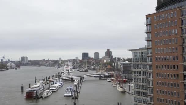 Blick von der Spitze der Elbphilharmonie auf die Elbe und den Hamburger Hafen