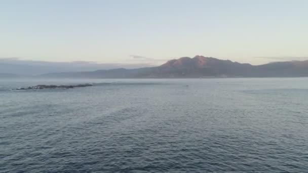 Csodálatos drón légi táj kilátás hegyek Atlanti-óceán hullámok Galiza, Spanyolország