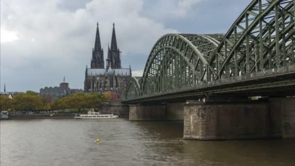 Zeitraffer von Köln auf der Hohenzollernbrücke und der Dom im Hintergrund mit Booten auf dem Rhein