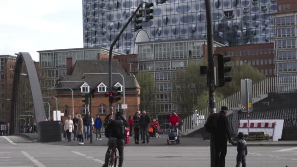 Menschen auf der Straße in Hamburg in der Nähe der Elbphilharmonie