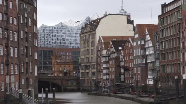 Blick auf die Elbphilharmonie inmitten traditioneller Hamburger Bauten