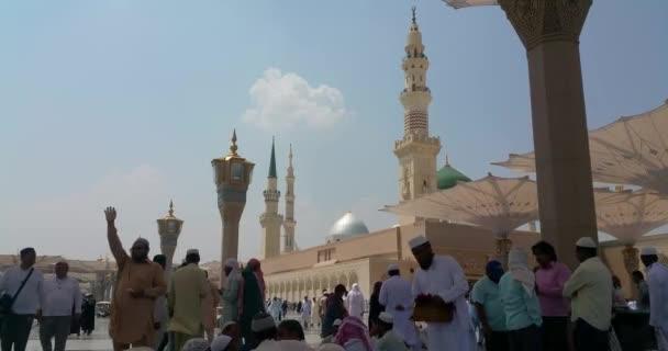 Muslimové procházející se mimo haram Masjid (mešita) Nabawi v Al Madinah, Saúdská Arábie