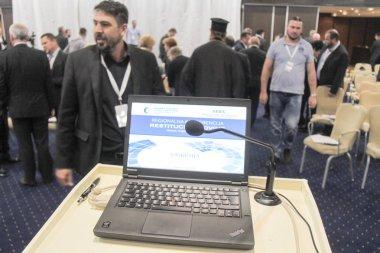 Video konferansı sırasında konferans salonunda ya da salonda oturan iş adamları