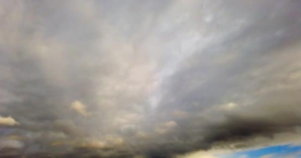 bílé mraky s modrou oblohou na pozadí.