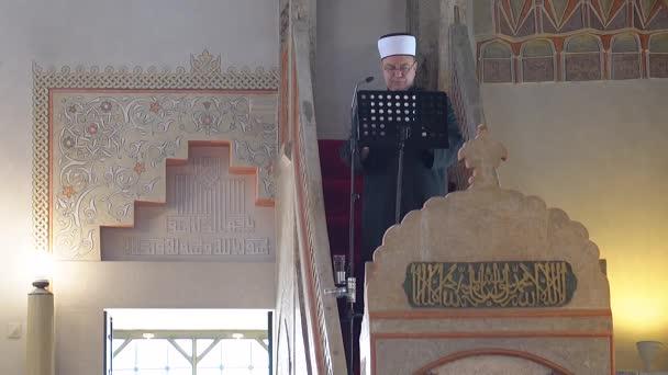 Muslime beten gemeinsam in der großen Moschee.