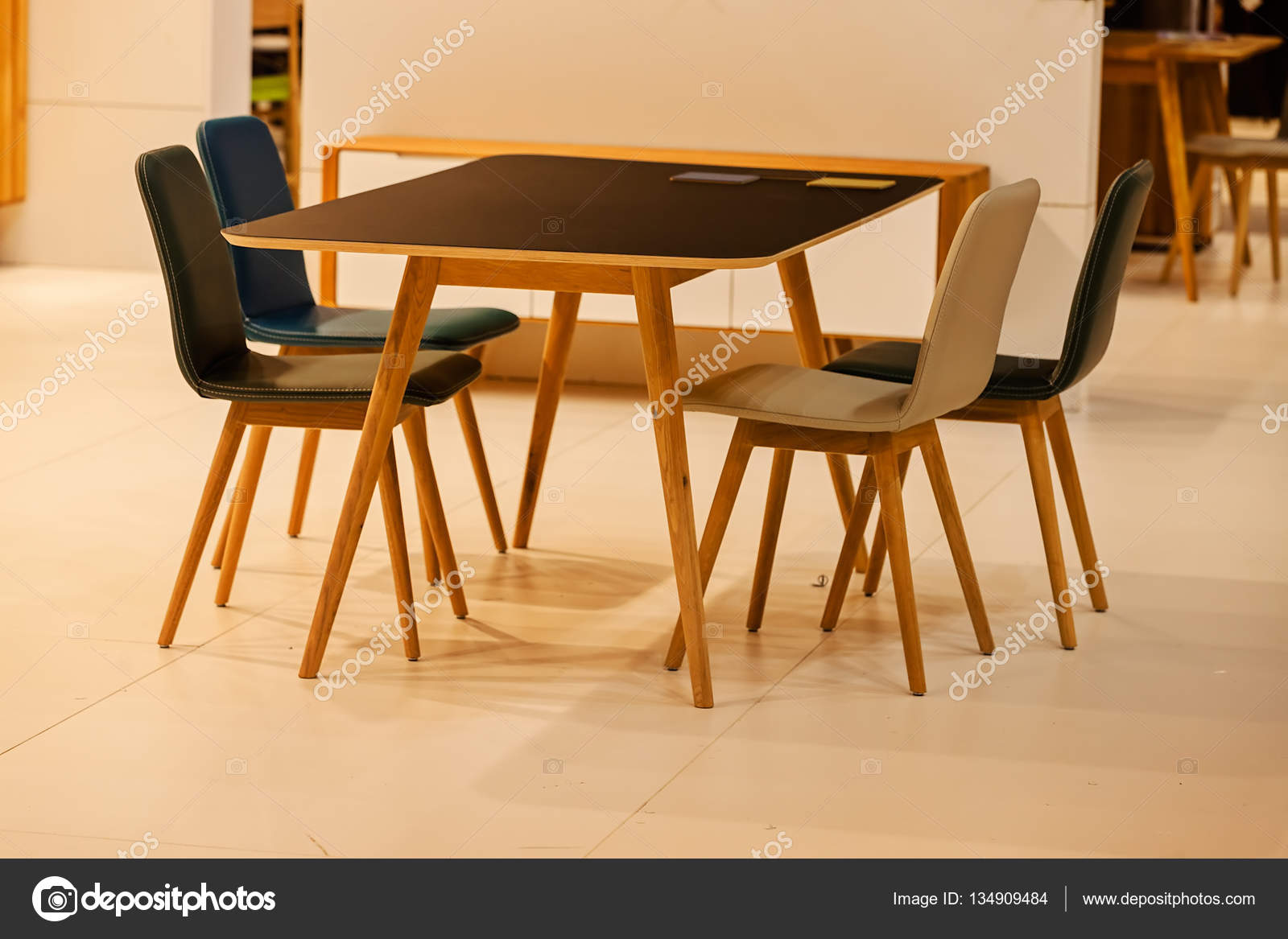 Modello di sedia da cucina foto stock vladimirnenezic for Modelli sedie cucina