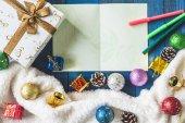 Pohled shora z krabičky s vánoční výzdobou a kartu na dřevěný stůl pozadí.