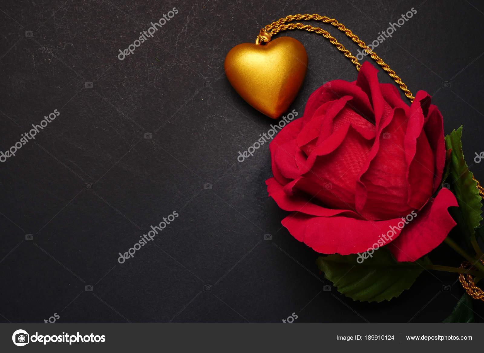 Rosa Rossa Con La Collana Cuore In Oro Su Sfondo Nero Concetto Di
