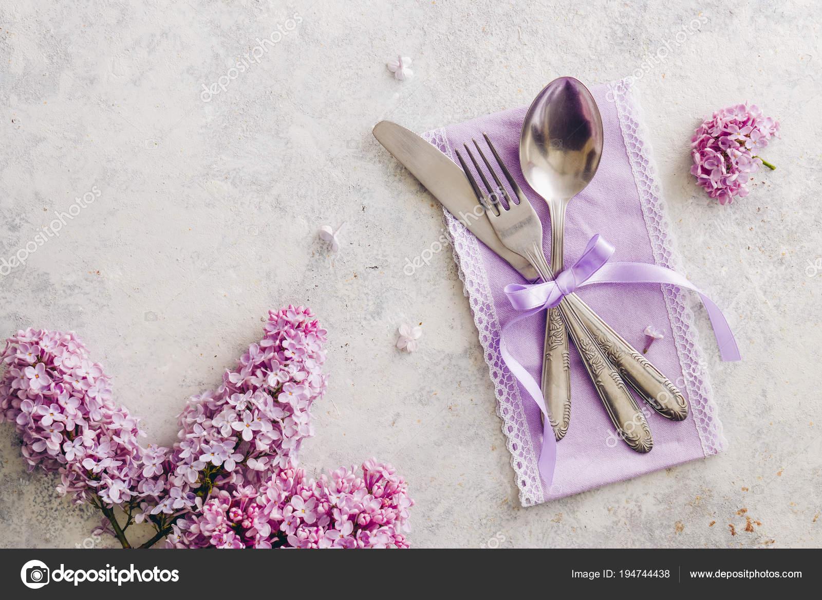 Elegante Tischdekoration Mit Lila Blumen Und Lila Serviette Mit
