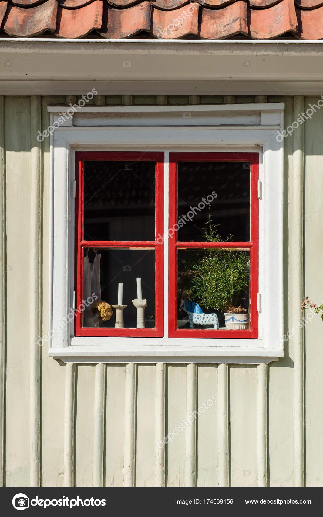 Maison Bois Avec Petite Fenêtre Rouge Avec Des Rideaux Des