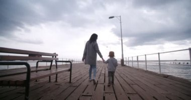 Matka a syn chodit na molu
