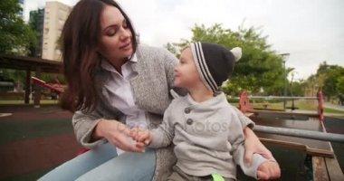 matka dává pusu na její malý chlapec