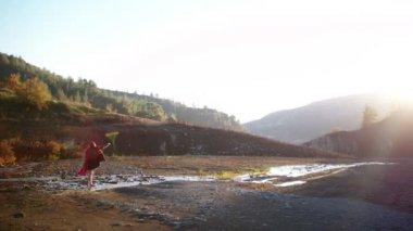 Žena stojící v řece hraje