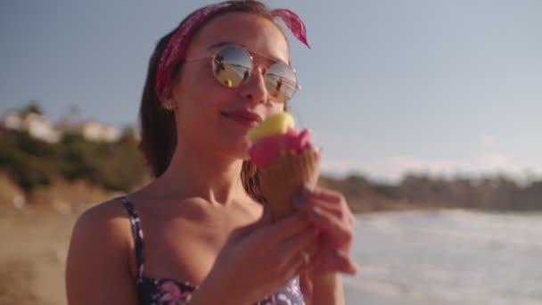 bruneta žena jíst zmrzlinu