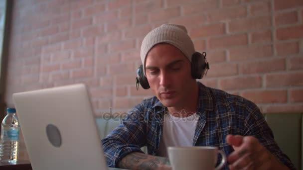 csípő zenehallgatás fejhallgató