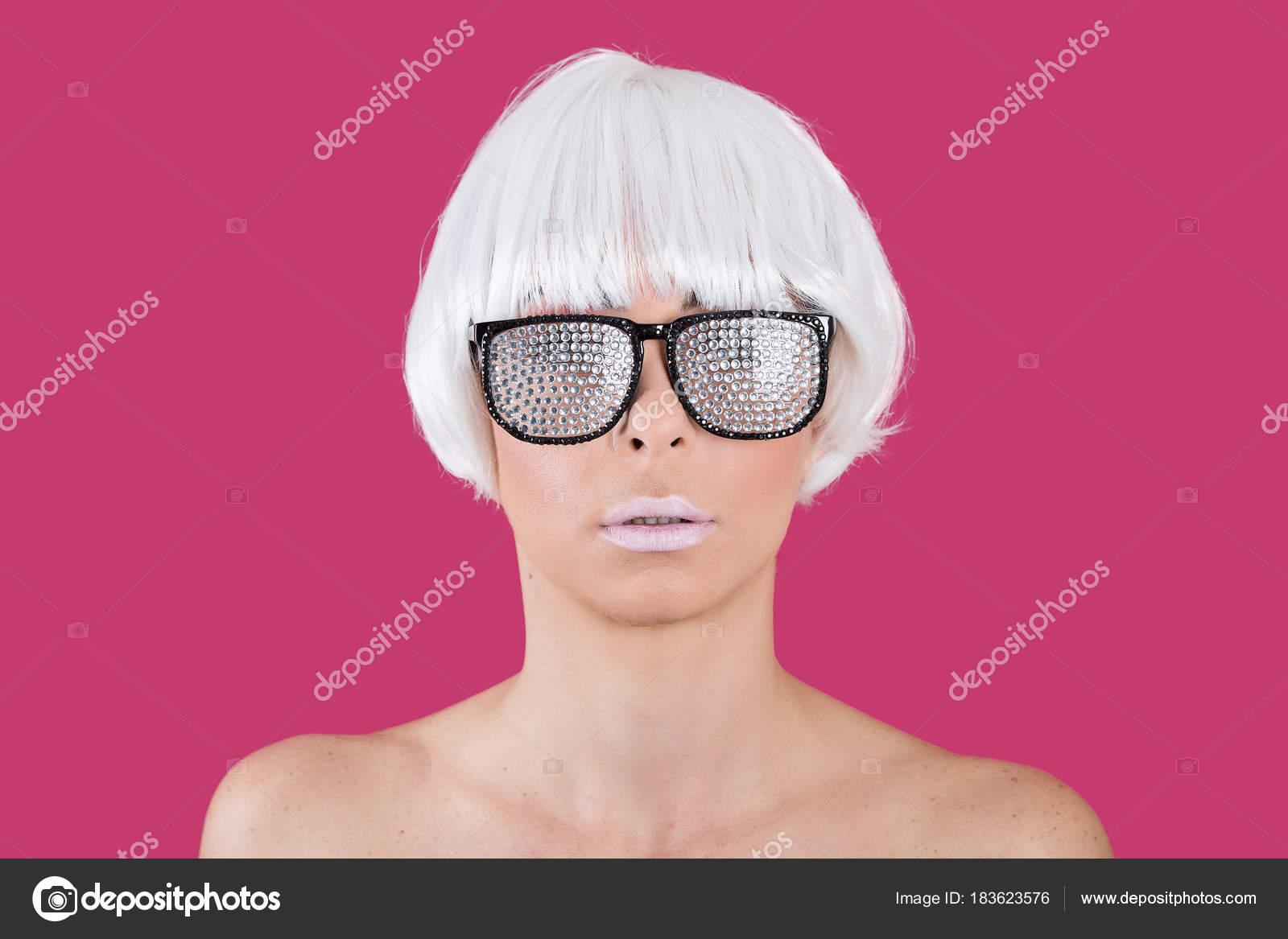 61d7825d8d9f2 Loiro modelo glamourosa, óculos de sol — Fotografia de Stock