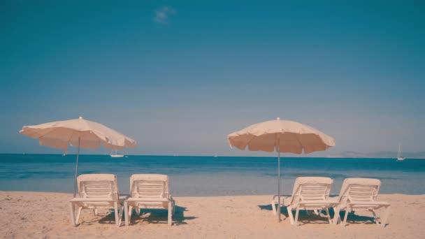 Lehátka připravena pro turisty na pláži resort