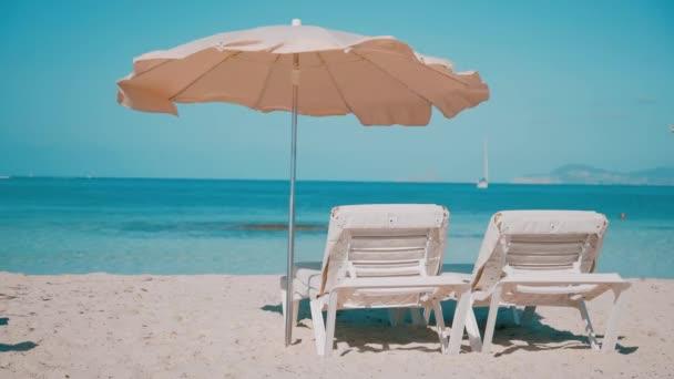 Lehátka připravená na prohlídky na pláži