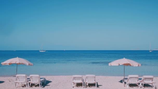Baleárský ostrov Formentera lehátka naskládané na pláži