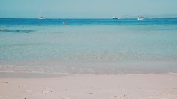 Paradise pláž s teal mořskou vodou