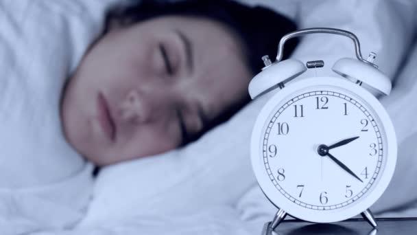 Álmatlanság, szorongás, problémák fogalmak. Vonzó kaukázusi lány éjszaka az ágyban nézi az ébresztőórát és nem tud elaludni. A kamera óráról órára változik. Közelkép