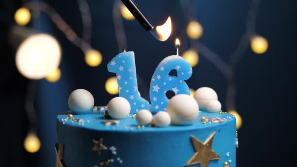 Narozeninový dort číslo 16 hvězdy nebe a měsíc koncept, modrá svíčka je oheň zapalovač a pak sfoukne. V případě potřeby zkopírujte mezeru na pravé straně obrazovky. Detailní záběr a zpomalení