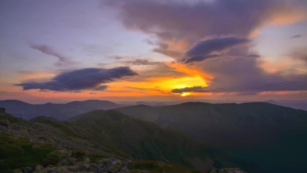 Západ slunce vysoko v horách a mraky 4k Time Lapse