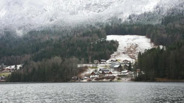 Kleines malerisches österreichisches Dorf und Grundlsee, der größte See der Steiermark, eingebettet in die herrliche Berglandschaft, im nebligen Wintermorgen