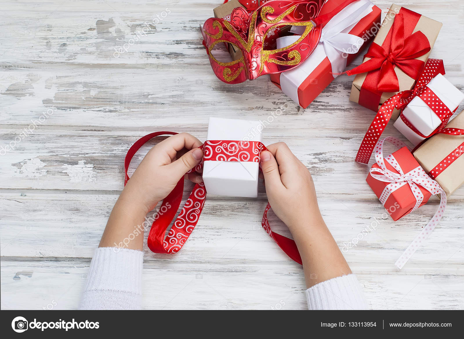 Baby packt ein selbstgemachtes Geschenk. Weihnachtsgeschenke ...