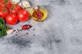 cherry rajčata na větev, ropě, petržel a koření