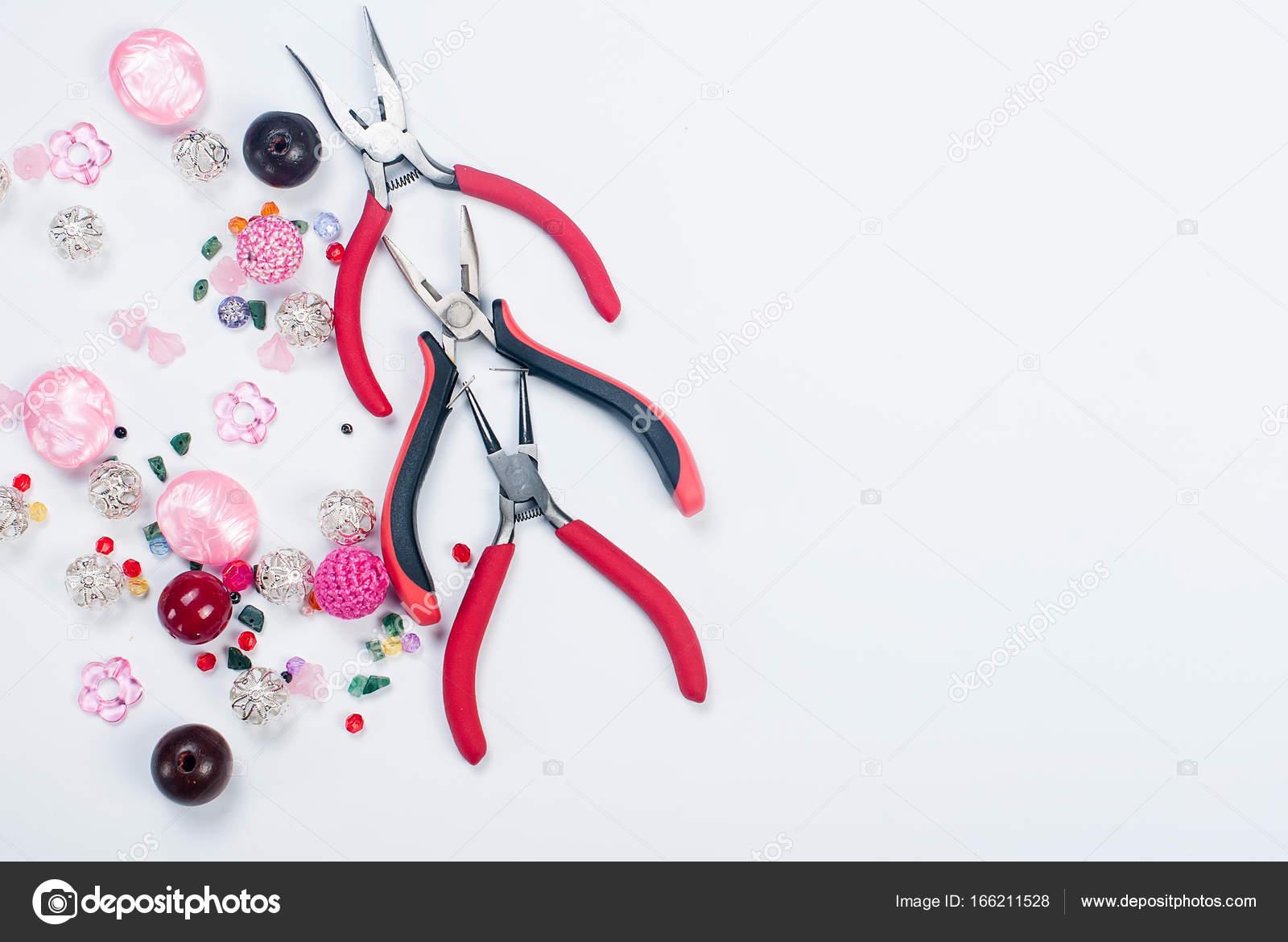 Werkzeuge mit Perlen und Draht für Handwerk — Stockfoto © vi-mart ...