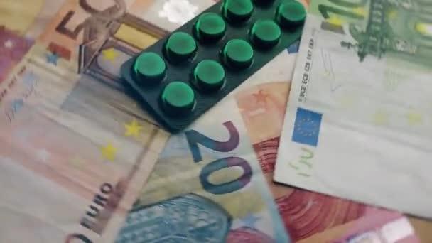 Otáčení eurobankovek a léků. COVID-19 pandemie, hospodářská krize, platební neschopnost, zdravotní péče nebo podnikatelský koncept.