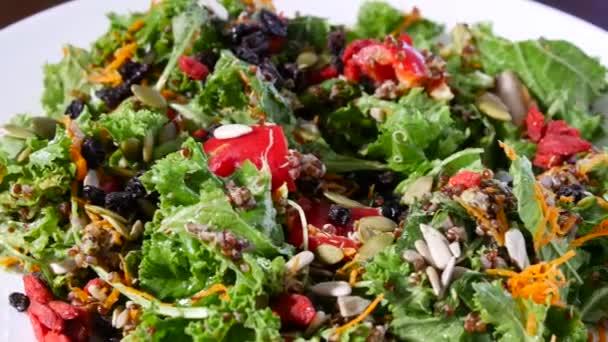 Domácí vegetariánský salát na talíři