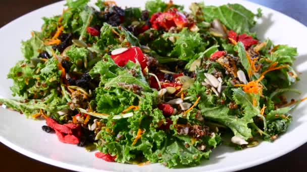 Domácí vegetariánský salát ve slunné zahradě