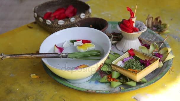 Balinéskou nabídky na bohy v Bali s květy a aromatické tyčinky
