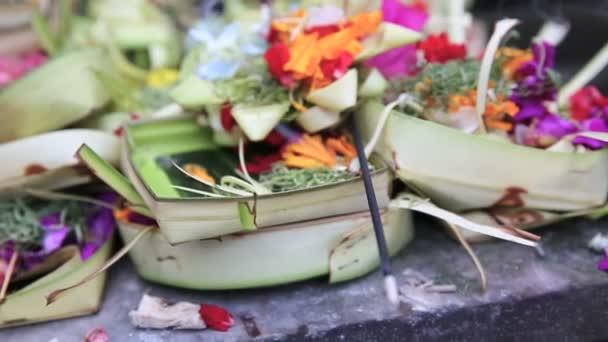 Tradiční balijské Obětiny bohům v Bali s květinami, Bali
