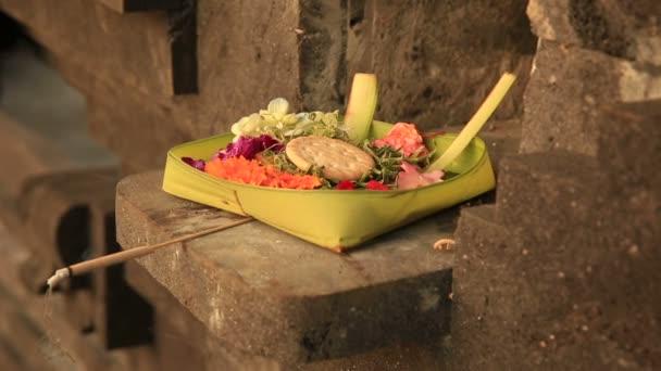 tradiční balinéskou oběti bohům v bali s květinami a vonné tyčinky