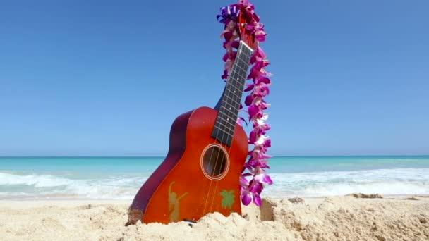 Üdülés utazás koncepció ukulele és lei trópusi tengerparton Oahu Hawaii