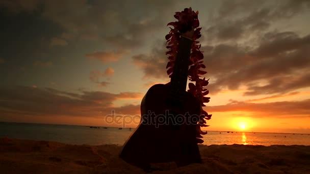 Hawaii ukulele és lej, a tengerparton napnyugtakor koncepció