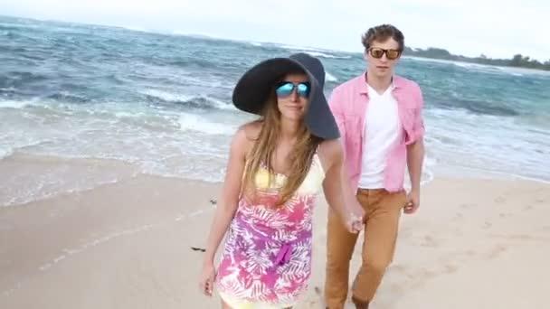 Szerető fiatal kaukázusi pár kézenfogva gyaloglás együtt beach Oahu, Hawaii