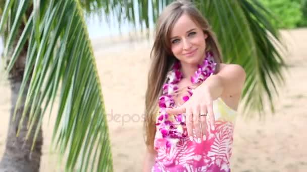 Lány visel virág Lei, és bemutatja a jegygyűrűt. A Hawaii esküvő koncepció.