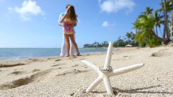 Zásnubní prsten na koncept láska beach hvězdice