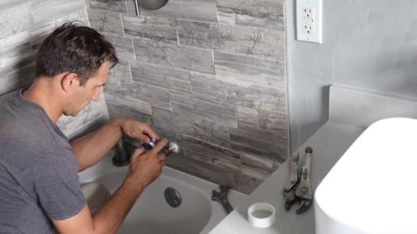 Klempner reparieren Dusche. Arbeiter repariert Dusche im Badezimmer. Mann klempner befestigung leck auf die dusche im die badezimmer, 4k video