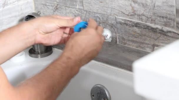 Instalatér opravuje sprchu. Dělník opravuje sprchu v koupelně. Muž instalatér upevnění únik na sprchu v koupelně, 4K video