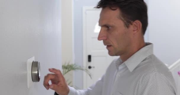 Mann stellt Smart Thermostat Gadget zu Hause ein Klimaanlage