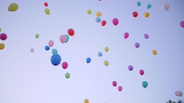 Mnohobarevné party balóny létání na obloze západu slunce