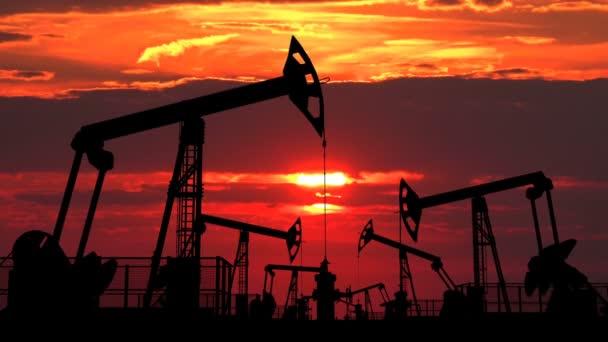 Az olaj pumpjacks ellen vörös alkony területén