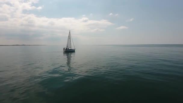 krásný filmový drone shot létání kolem plachetnice nad středozemním mořem krásné slunné odpoledne nízká nadmořská výška letu umístění jižně od Francie