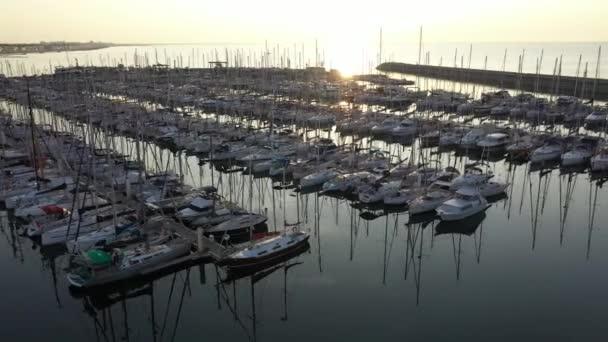 východ slunce nad čluny v přístavu palavas les flots francouzština skleněná voda dokovací plavidla